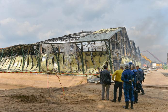 Gisteren tijdens het nablussen van de brand in de Fonteyn Outdoor Living Mall in Uddel