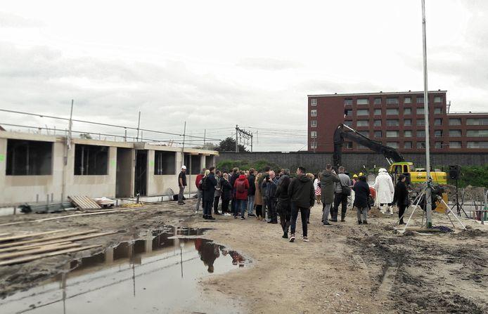 Toekomstige bewoners van Drie Hoefijzers bij de officiele start van de bouw. Overigens wordt er al sinds augustus gewerkt aan het project.