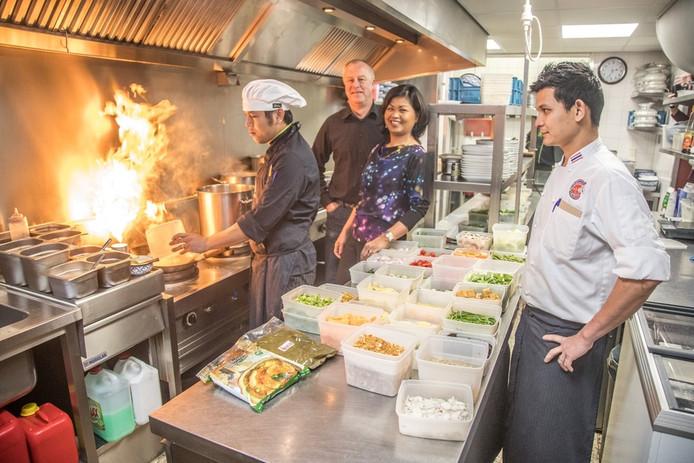 Paul van der Helm en Yaowanuch Arpamo in de keuken van BaiYok. Foto: Frans Paalman