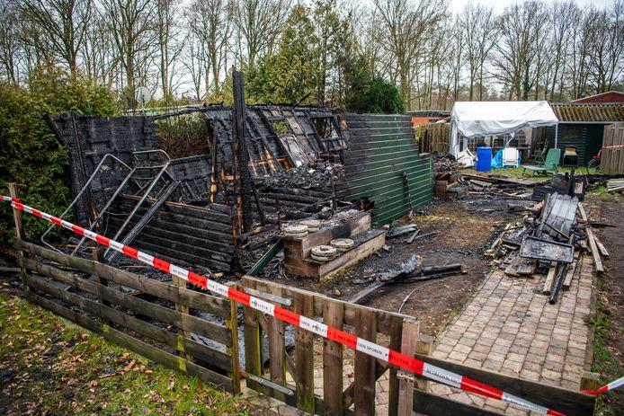 Van de stacaravan op camping de Vinkenkamp in Lieren was niets meer over na de brand in de nacht van maandag op dinsdag.