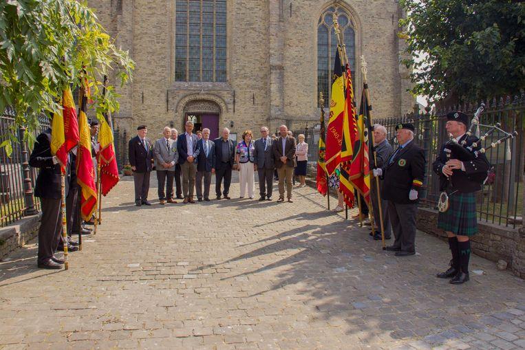 Herdenking aan de kerk in Oostvleteren.