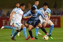 """Spelers van Kawasaki proberen Sydney-aanvaller Reza Ghoochannejhad van de bal te krijgen in de Aziatische Champions League. Voormalig teamgenoot Siem de Jong: ,,Al met al heeft hij best veel gespeeld voor Sydney. Ik denk wel dat hij graag wat meer had gescoord."""""""