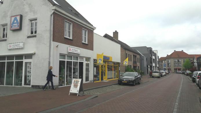 De Aldi vertrekt uit de Raadhuisstraat in Hoogerheide. De supermarkt is een trekker voor die straat, winkeliers vrezen omzetverlies.