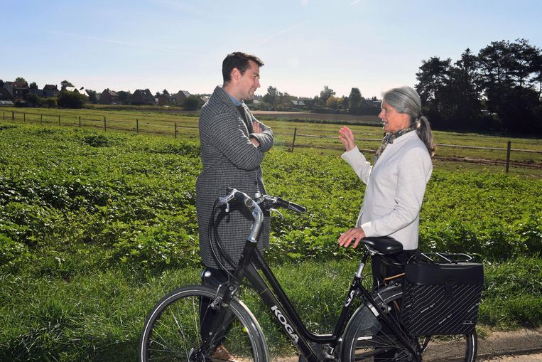 Freek Braeckman in gesprek met Colette Declerq (62) aan de Kouter, waar het nieuwe rusthuis komt.