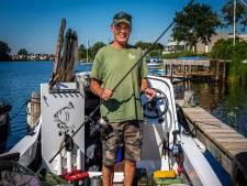 Hobbyvisser Koos slaapt wekelijks op zijn bootje: 'Karpervissen is mijn passie, gaat er nooit meer uit'