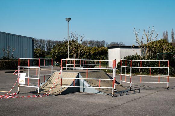 Zandhoven in lockdown vanwege de coronamaatregelen. Afgesloten skatepark.