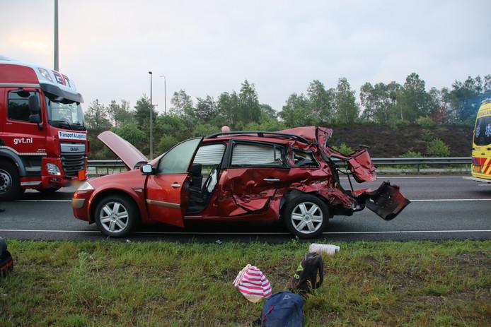 Bij het ongeval met twee vrachtwagens en een personenauto viel één gewonde.
