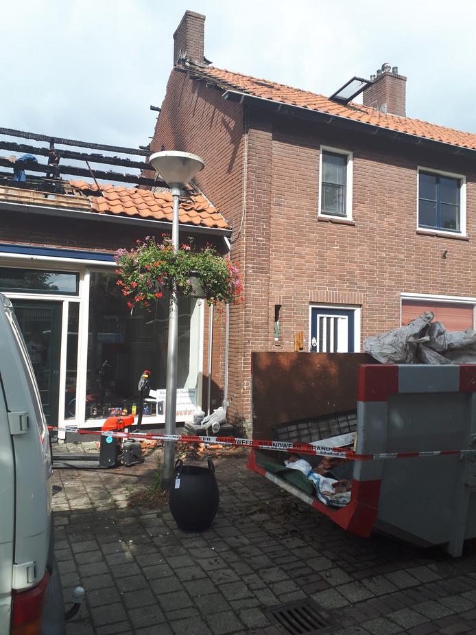 Brand vernielde een winkelzolder in Kraggenburg en maakte het aangrenzende huis in elk geval tijdelijk onbewoonbaar.