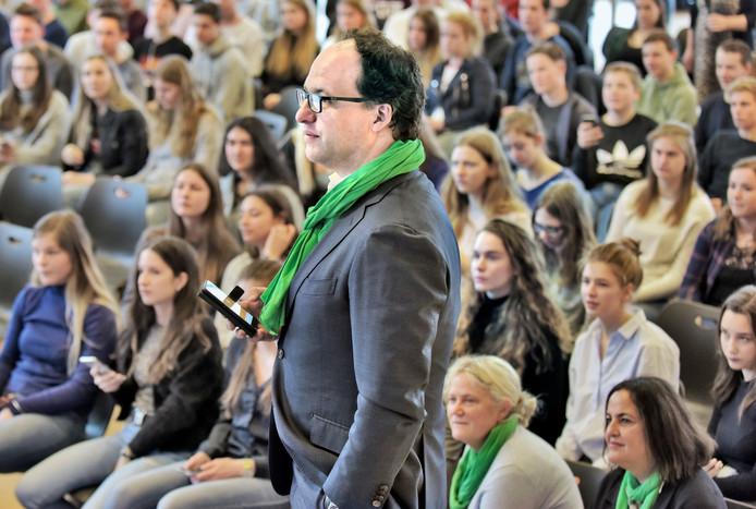 Minister Wouter Koolmees van D66 op bezoek bij havo Notre Dame in Ubbergen tijdens internationale vrouwendag.  Foto Flip Franssen