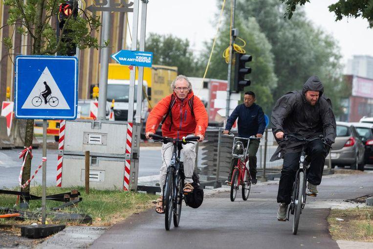 Enkele fietsers testen het nieuwe fietspad al eens uit.