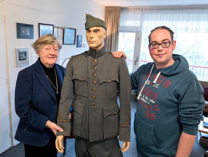 Bert-Jan Dierink en Arnie van der Hart bij het uniform van haar vader.