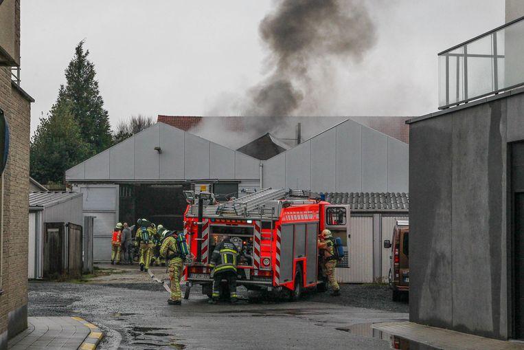 Toen de brandweer arriveerde, was er een zwarte rookpluim te zien.