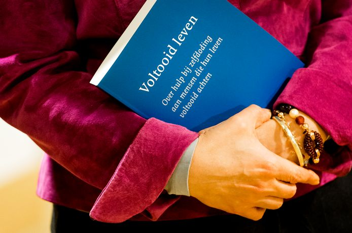 Het rapport Voltooid Leven van de commissie onder voorzitterschap van Paul Schnabel werd vorig jaar overhandigd aan minister Edith Schippers van Volksgezondheid, Welzijn en Sport.