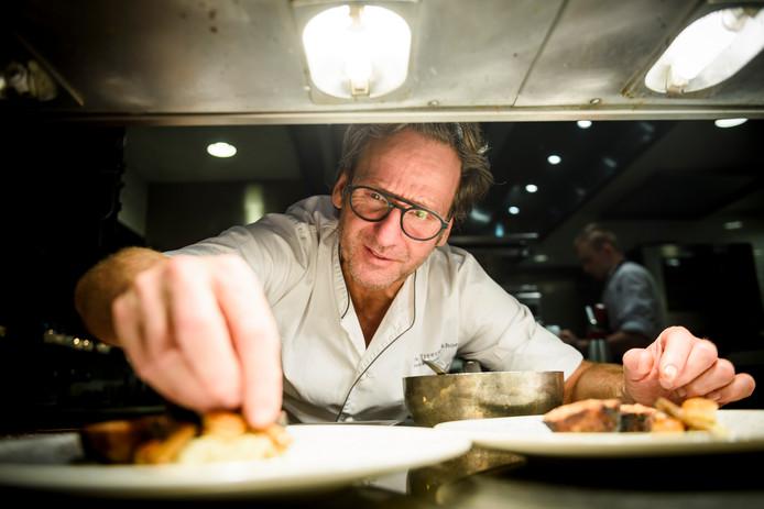 Dick Middelweerd legt de laatste hand aan een gerecht in de keuken van de  Treeswijkhoeve.