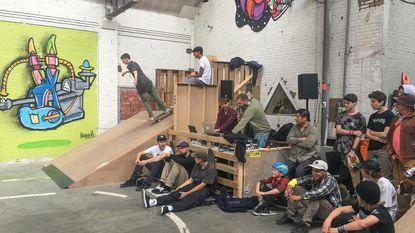 Jongeren bouwen zelf indoor skatehal