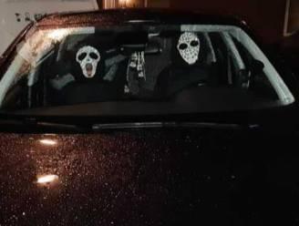Nederlandse politie rukt uit voor 'mensen met horrormasker' in auto, maar het blijken versierde hoofdsteunen