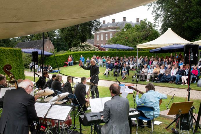 Guus Tangelder dirigeert zijn bigband bij Kasteel Middachten in De Steeg.