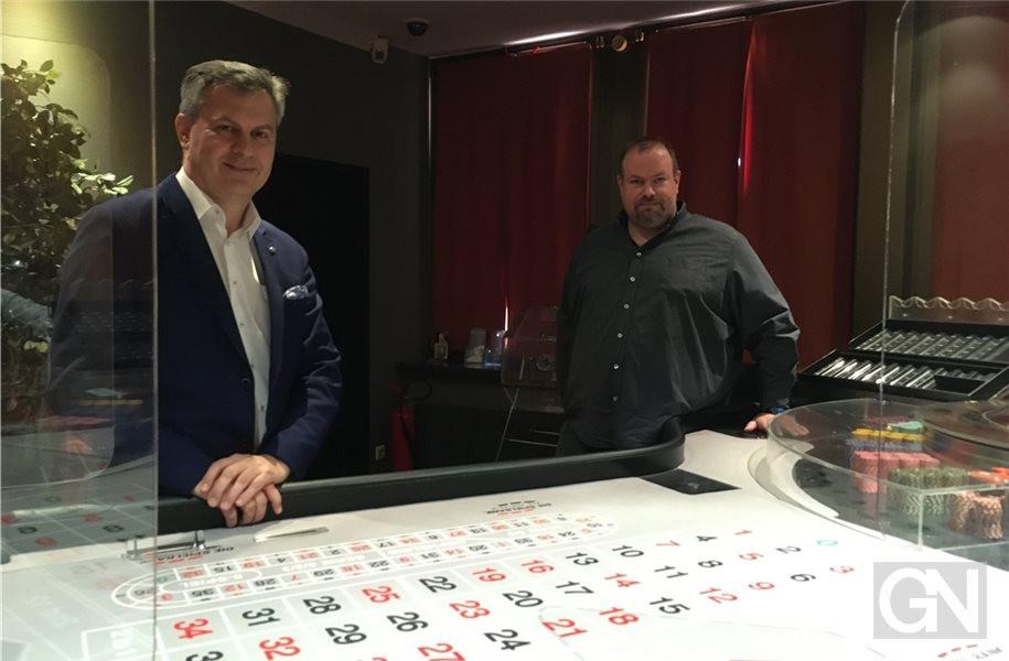 De roulettetafel in Bad Bentheim, met Gabor Bellak (links) en Jörg Eeldert van het casino.