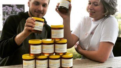 """Studenten en imkers Tom (22) en Roos (19) starten zaak 'Bijenzoet' op: """"100 procent natuurlijke honing bij ons"""""""