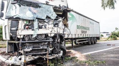 Vrachtwagen gaat door middenberm en botst met tegenligger op N60 in Oudenaarde: chauffeur zwaargewond, weg afgesloten richting Ronse