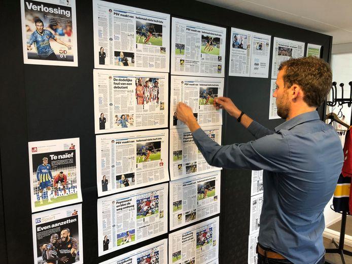 Dirk van Hunsel hangt de sportpagina's op het bord. Door de vele wissels is het belangrijk om overzicht te houden.