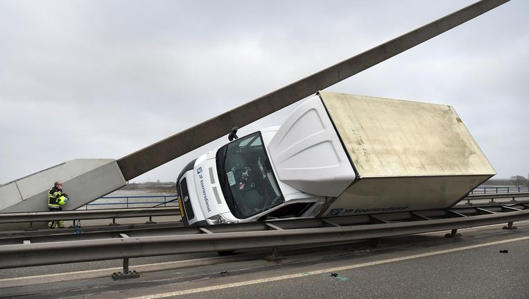 Een vrachtwagen bij Echteld is door de storm omgewaaid en tegen de vangrail aangekomen. Beeld null