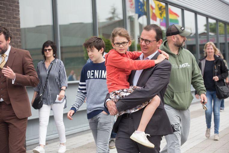 Wouter Beke gaat stemmen in Leopoldsburg  dochter Nette op de arm en links achter hem zoon Warre
