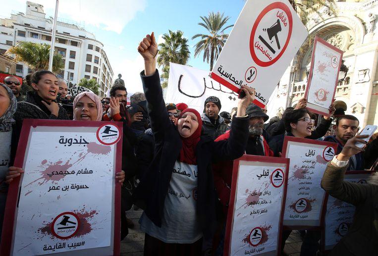 Mensen protesteren in de Avenue Habib Bourguiba in Tunis, Tunesië.