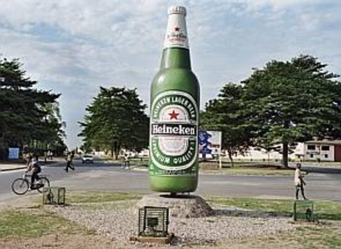 Heineken maakt reclame op het plein voor de Heinekenbrouwerij in de Burundese hoofdstad Bujumbura. In het buurland van Rwanda houdt de brouwerij een dictatuur in stand, zegt onderzoeksjournalist Van Beemen