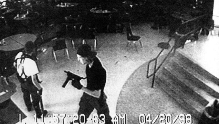 De 15-jarige jongen werd geïnspireerd door het boek Doorgeschoten van Mirjam Mous naar aanleiding van een schietpartij in 1999 op de Columbine High School (foto) in de VS. Foto AP Beeld