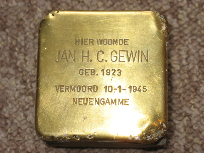Foto van de Stolperstein van verzetsheld Jan Gewin, overleden in het concentratiekamp Neuengamme.