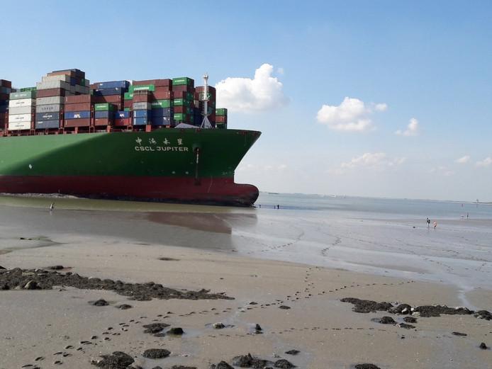 Containerschip CSCL Jupiter vastgelopen op Westerschelde