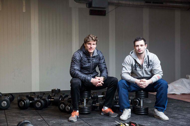Steff Appeltans (rechts) met zijn zakenpartner Filip Moors in hun fitnesszaak Body Dedication, hier nog in opbouw.