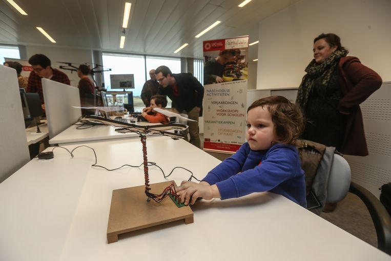 Enkele kindjes testen prototypes van drones uit.
