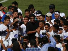 Ronaldinho knuffelt verwarde veldbestormer