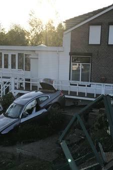 Auto vliegt uit de bocht en raakt op een haar na een woning en bewoonster