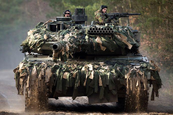 Nederlanders willen niet alleen meer geld voor defensie, maar vinden het ook prima als buurlanden meer samenwerken. Zo rijden Nederlandse militairen al op Duitse tanks.