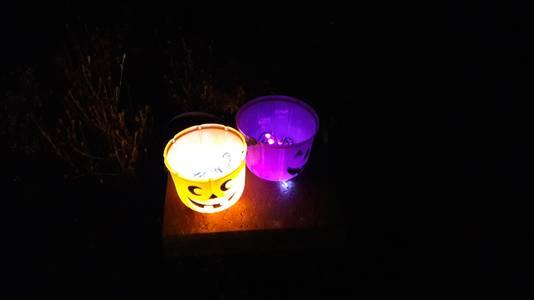 Hier kunnen de Sint Maartenvierders aanbellen, zingen en snoep verwachten. Er brandt een lichtje voor de deur.