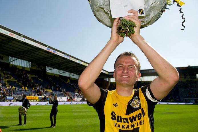 Rob Penders neemt in 2011 afscheid als speler van NAC. De razend populaire verdediger blijft aan de club verbonden.
