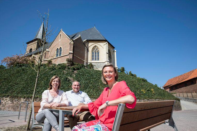 Ontmoetingsplekje aan de kerk in Berlingen.  Foto : Schepen mobiliteit Kristien Treunen en Schepen openbare werken Johan Cabers en burgemeester Els Robeyns.
