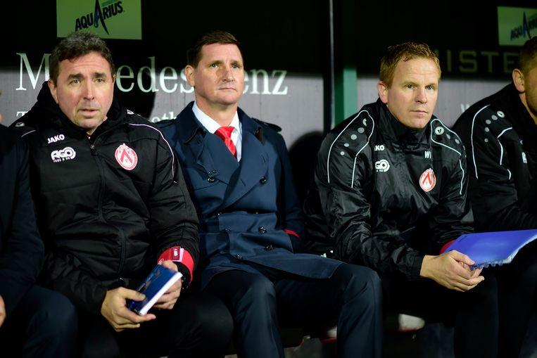 Vrancken, hier rechts naast Lorenzo Staelens en Glen De Boeck op de bank van KV Kortrijk.