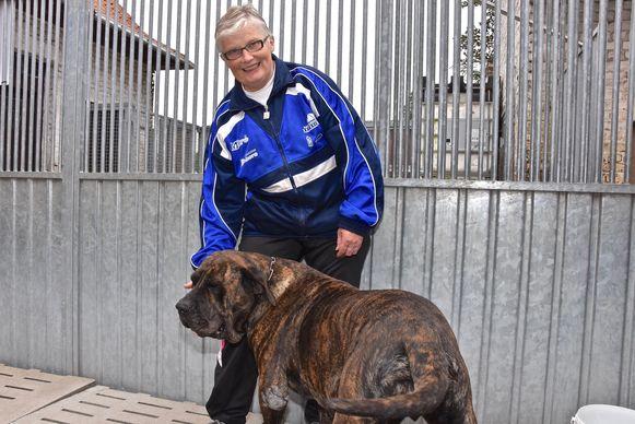 Monique Blancke bij één van de honden, enkele jaren geleden.