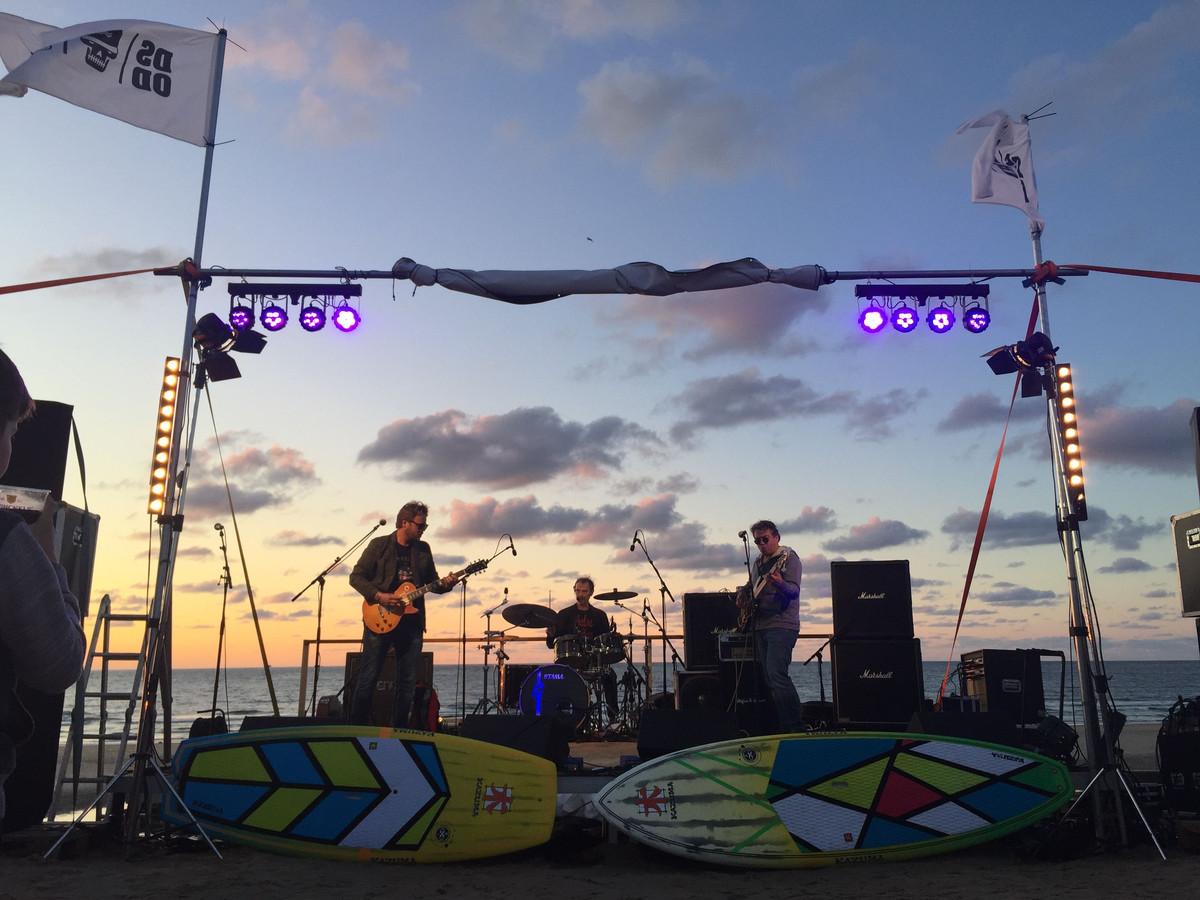 Band The Blues Sensation speelt een show tijdens het muziekfestival aan de Panoramaweg in Domburg.