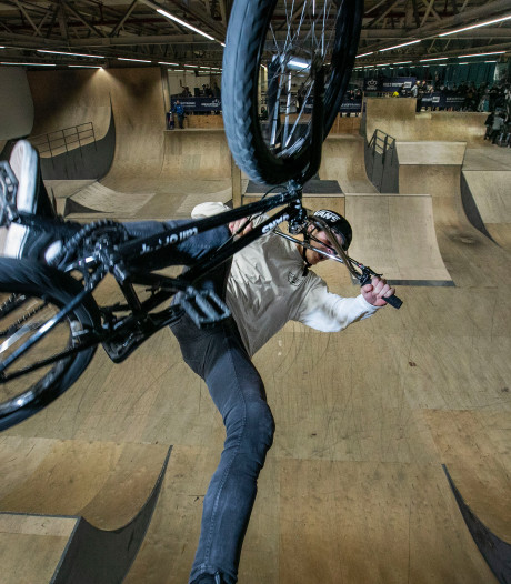 NK BMX in Eindhoven: Met de fiets tegen de muur omhoog