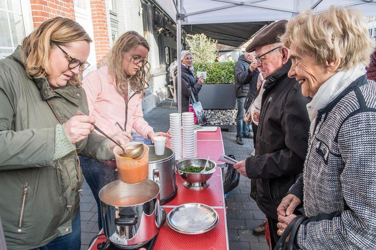 Hulpverleners trakteren voorbijgangers op een kommetje soep en een babbel.
