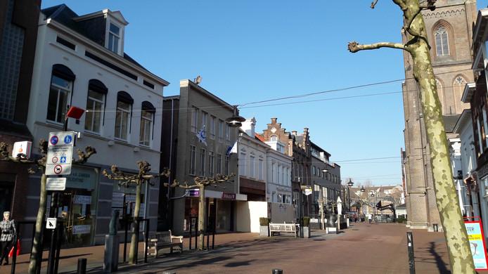 De Kerkstraat in Helmond. Helemaal links op de foto lampenwinkel De Louw-Van der Zanden.