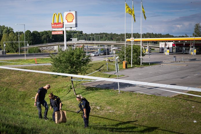 Politiemensen bezig met sporenonderzoek.