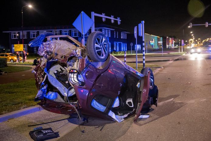 Een auto belandde op de kop, het andere voertuig raakte ook zwaar beschadigd.