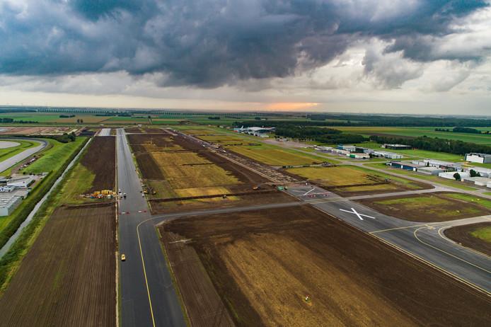Bouw Lelystad Airport. Op de foto de oude start/landingsbaan die verbreed wordt en aagepast voor de grotere vliegtuigen die straks gaan landen.