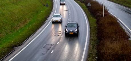 De winter in met brak asfalt Randweg Bergen op Zoom